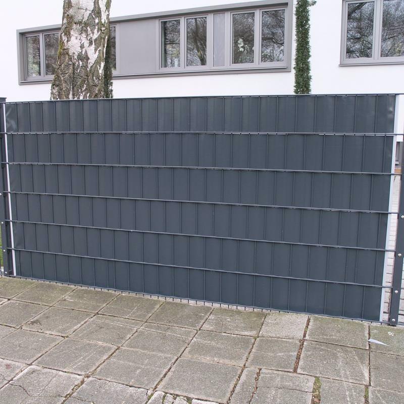 Sichtschutzzaun aus PVC Kunststoffstreifen